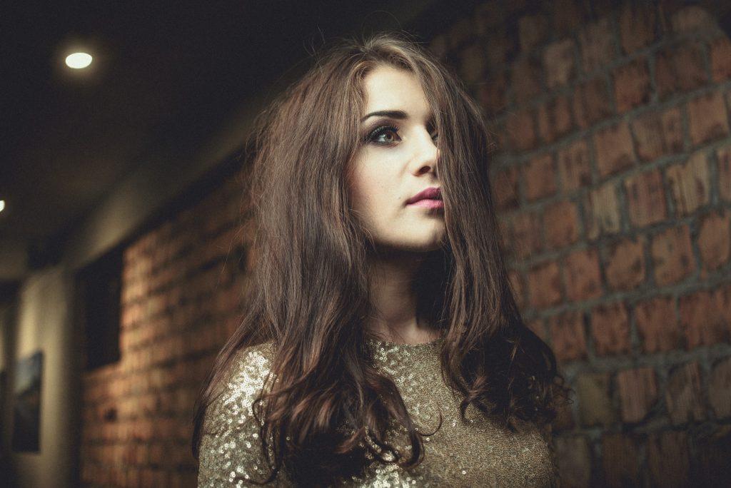 portret-zlota-sukienka